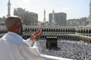 Pèlerin priant à la Mecque